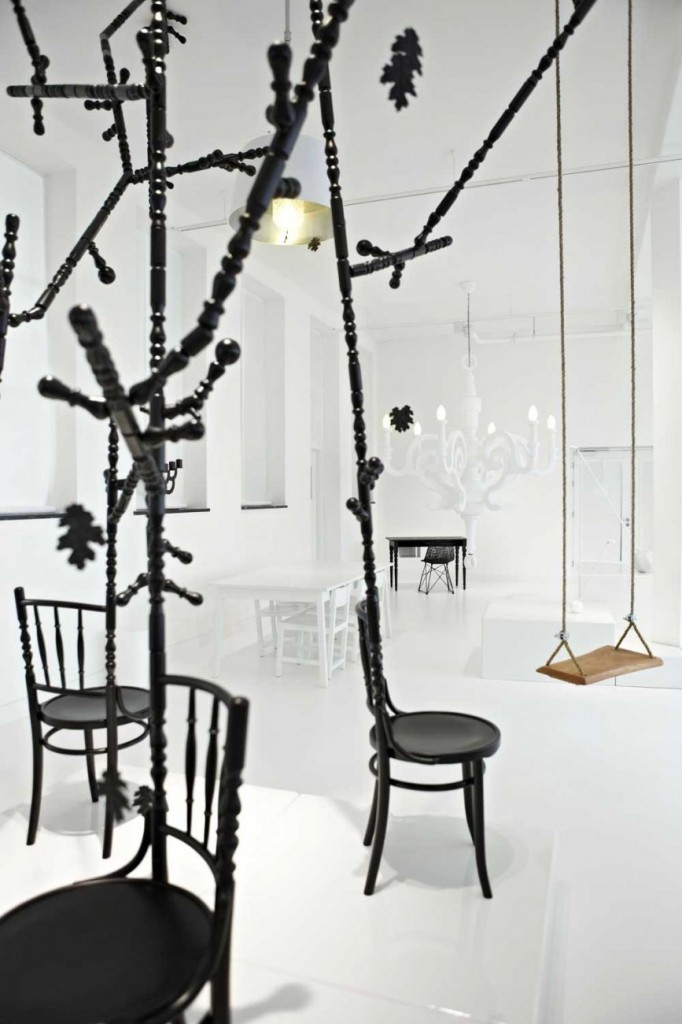De Extension Chair by Sjoerd Vroonland 'vergroeit tot boom met schommels, Moooi gallery, Amsterdam